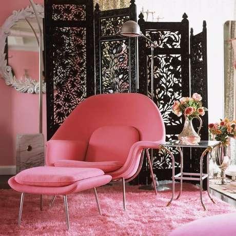 48. Poltrona rosa com puff combinando – Via: Revista VD
