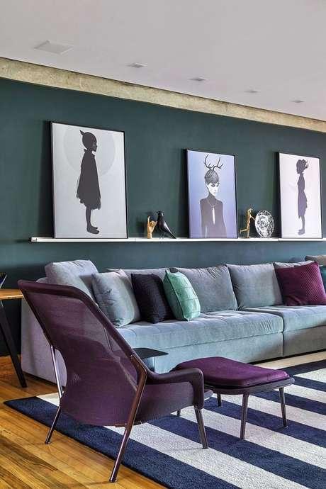 51. Poltrona com puff roxa na sala de estar em tons de cinza e roxo – Via: Casa de Valentina