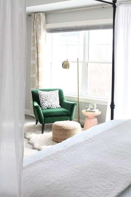53. Poltrona com puff verde no quarto moderno – Via: Square Space