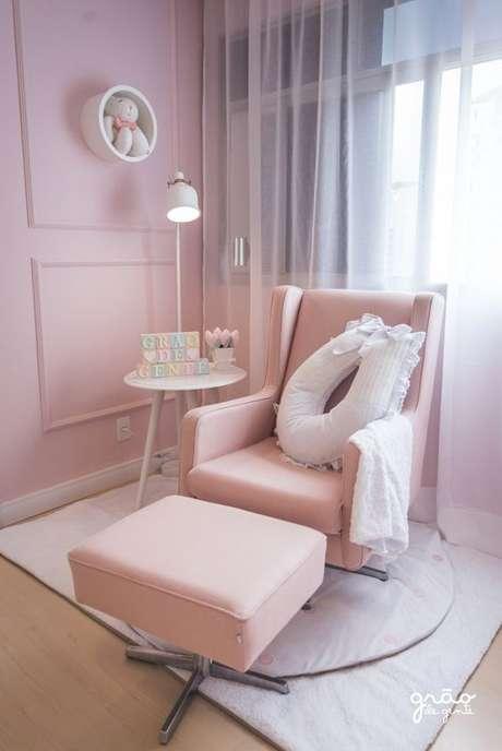 57. Poltrona de amamentação rosa com almofada para pescoço – Via: Grão de Gente