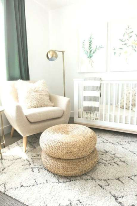 61. Poltrona com puff de crochê no quarto de bebê clean – Via: Revista VD