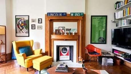 63. Sala moderna decorada com poltroan com puff amarela – Via: Revista VD