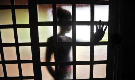 Todos os dias, pelo menos 243 casos de tortura ou agressão física ou psicológica acontecem no Brasil