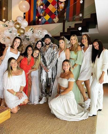 Neymar posa com amigas e namoradas de parças em festa da virada, em Mangaratiba (RJ)