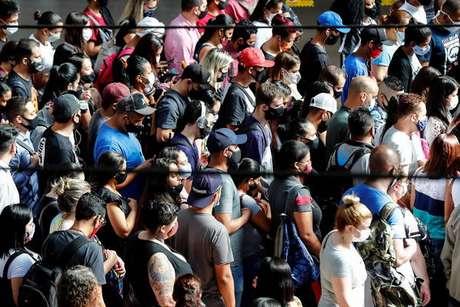 Brasil acumula mais de 203 mil mortes na pandemia