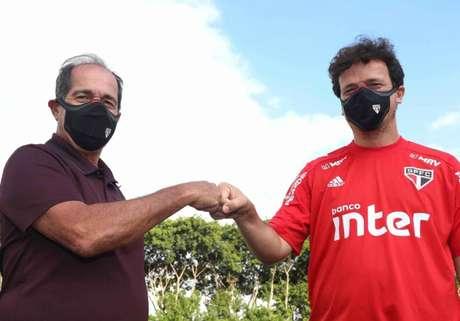 Muricy Ramalho (esquerda) cumprimenta Fernando Diniz (direita) em sua chegada ao São Paulo (Foto: Divulgação/São Paulo)
