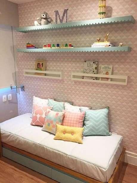 66. A delicadeza ficou por conta da prateleira para quarto infantil azul. Fonte: Pinterest