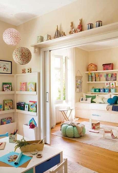 27. A prateleira de canto para quarto infantil acomoda vários brinquedos. Fonte: Pinterest