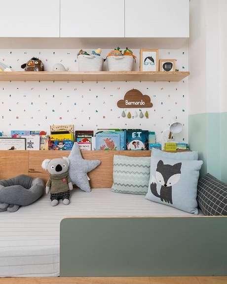 37. A prateleira para quarto infantil de madeira combina com diferentes estilos de decoração. Fonte: Elefante Design Para Pequenos
