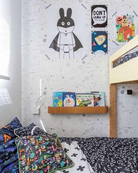 39. A prateleira para quarto infantil de madeira está ao alcance da criança. Fonte: Elefante Design Para Pequenos