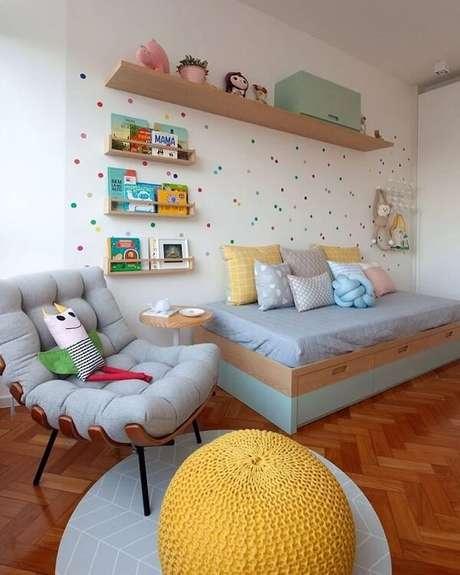 11. A prateleira para quarto infantil de madeira forma um lindo cantinho da leitura. Fonte: Ana Neri