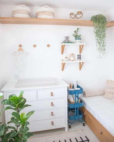 5. A prateleira de madeira para quarto infantil traz um toque rústico para esse cantinho. Fonte: Lilo Design