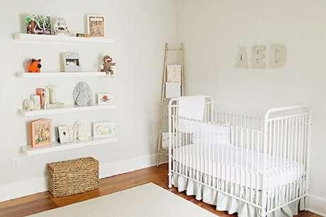 12. A prateleira para livros quarto infantil branca traz um toque clean para o espaço. Fonte: The Little Umbrella