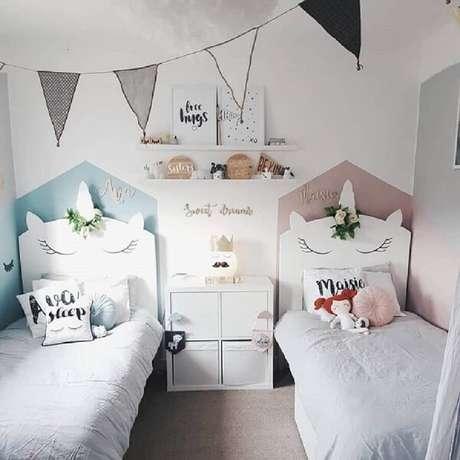62. A prateleira para livros quarto infantil foi fixada no meio das camas. Fonte: Crafted Pine