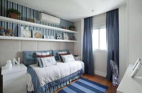 47. A prateleira para quarto infantil branca se conecta com o papel de parede listrada. Fonte: Pinterest