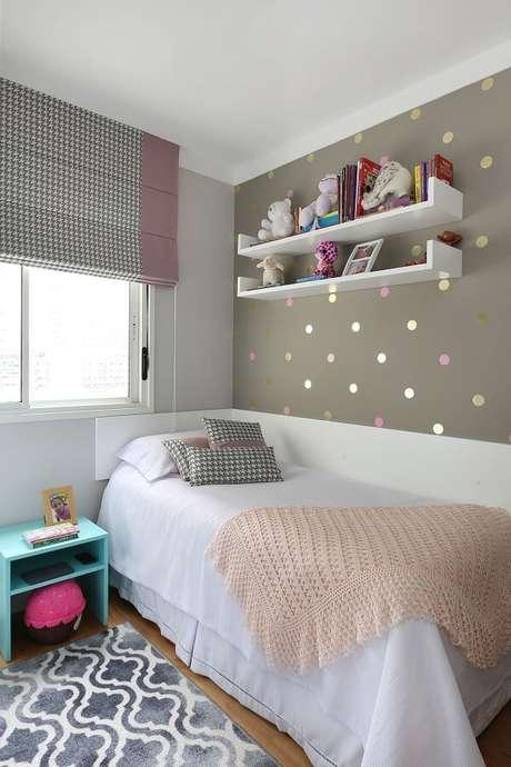3. A prateleira para quarto infantil branca traz neutralidade para a parede com papel de bolinhas. Fonte: Esther Zanquetta