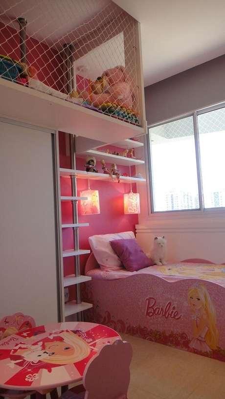 69. A prateleira para quarto infantil feminino acomoda várias bonecas Barbie. Projeto por Lamego Mancini