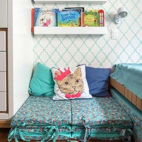 32. A prateleira para quarto infantil serve de apoio para livros. Fonte: Bianca Assuf e Beta Franklin