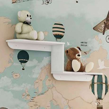 67. A prateleira traz equilíbrio em um meio a um quarto infantil colorido. Fonte: Pinterest
