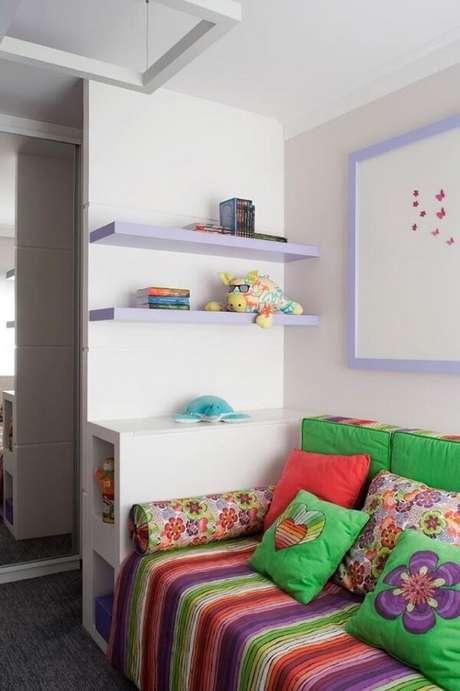 35. As cores da prateleira para quarto infantil conversam com outros elementos do espaço. Projeto por Krakowiak Tavares