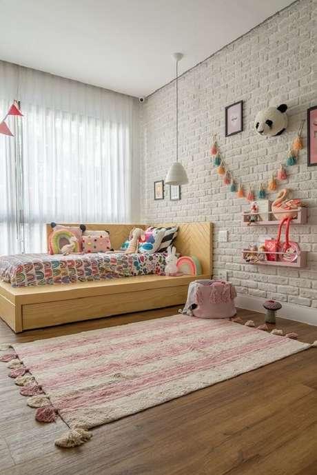 31. As prateleiras para brinquedos quarto infantil foram fixadas na parede de tijolinho branco. Fonte: Revista Viva Decora