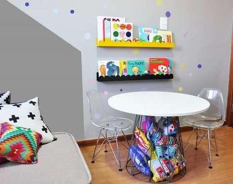 38. Cantinho especial com prateleira para quarto infantil de livros. Fonte: Cadô Design