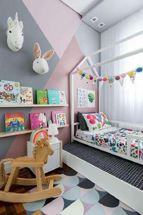 60. Decoração divertida e alegre com prateleira para livros quarto infantil. Fonte: Chaves na Mão
