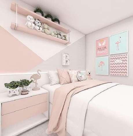 73. Espaço clean com prateleira de madeira para quarto infantil. Fonte: Arkpad