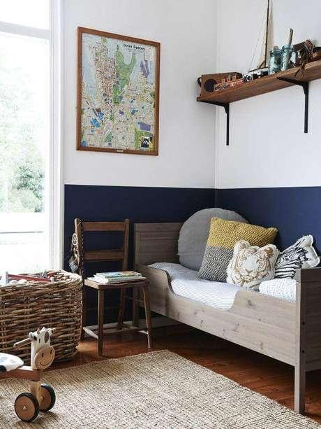 63. Modelo de prateleira de madeira para quarto infantil com mão francesa preta. Fonte: Pinterest