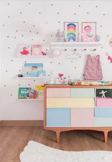 68. Modelo de prateleira para quarto infantil com cabideiro. Fonte: Baba Souk