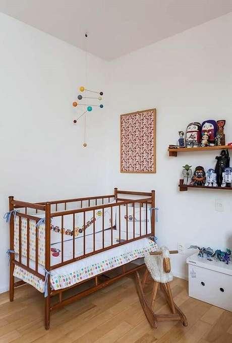 44. Móveis e prateleira de madeira dão um toque especial ao quarto de bebê simples e barato. Fonte: Home Decoo