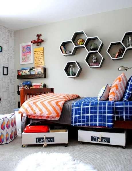 42. O mix de formas e materiais para as prateleiras e nichos deixa o ambiente mais descontraído. Fonte: Pinterest