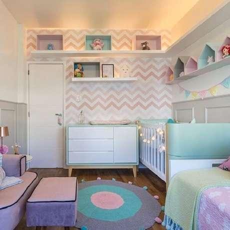 36. O papel de parede geométrico e a prateleira para quarto infantil branco se conectam perfeitamente. Fonte: Revista Viva Decora