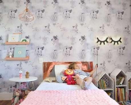 29. Perto da cama, a prateleira para quarto infantil se torna o melhor suporte. Fonte: Cadô Design