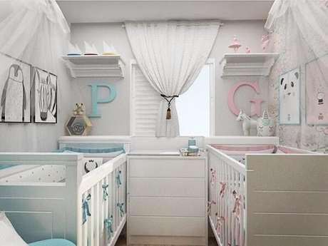 28. Prateleira para quarto infantil branca com cabideiro. Fonte: Arq. Rebeca Kerst