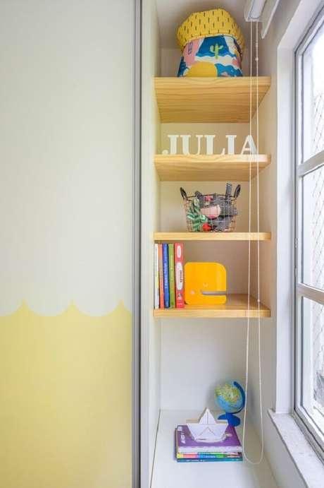 50. Prateleira para quarto infantil em tom amarelo. Fonte: Elefante Design para Pequenos