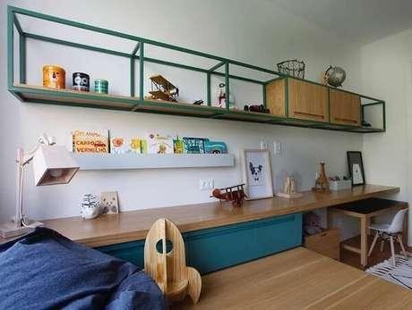 56. Prateleira para quarto infantil masculino com acabamento em ferro. Fonte: Ana Neri