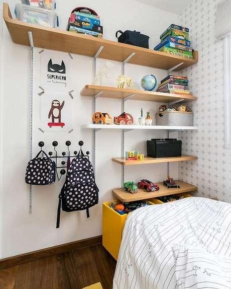57. Preencha a parede com prateleira para quarto infantil. Fonte: Elefante Design Para Pequenos