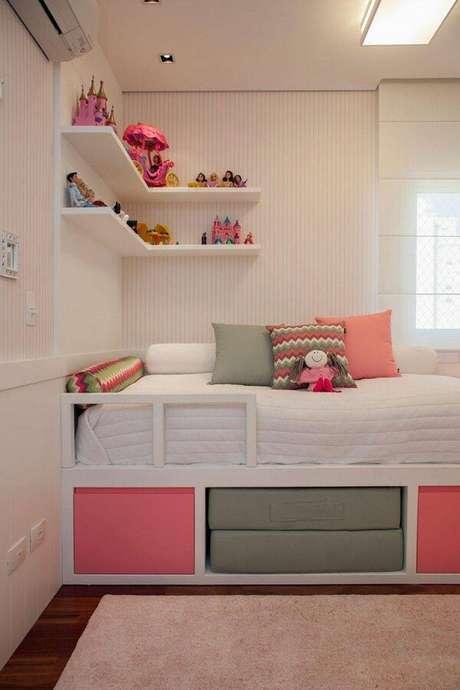 10. Valorize o espaço usando prateleira de canto para quarto infantil. Fonte: Pinterest