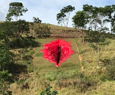 """""""Vulva gigante"""" foi construída em uma encosta, em Pernambuco, pela artista Juliana Notari"""