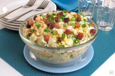 Guia da Cozinha - Salada de batata e bacon prática para as refeições em família