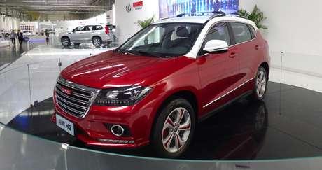Haval H6 da geração anterior personalizado numa concessionária da marca na China.