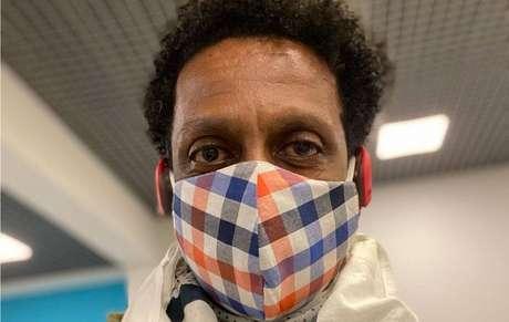 O ator e comediante Luis Miranda de máscara para prevenir o novo coronavírus