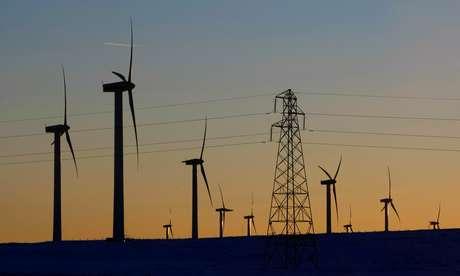 Turbinas eólicas e linha de transmissão de energia em Edimburgo, Escócia  08/01/2010 REUTERS/David Moir