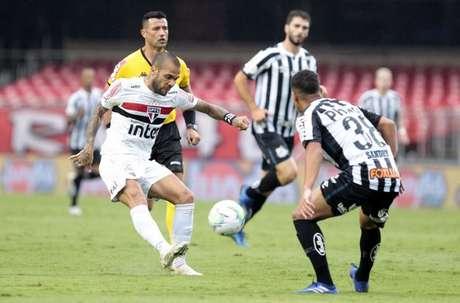 Daniel Alves não vive bom momento no time do São Paulo (Foto:Flickr/São Paulo)