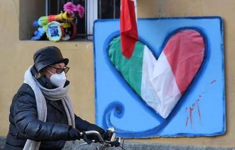 Movimentação em rua de Milão, norte da Itália