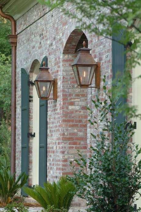 41. Arandela rústica estilo colonial – Via: Carolina Lanterns e Lighting