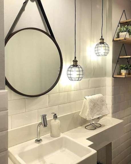 42. Banheiro com arandela rústica de ferro – Via: Pinterest