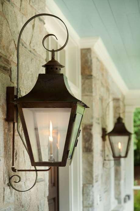 12. Arandela rústica estilo colonial para área externa – Via: Home Bunch