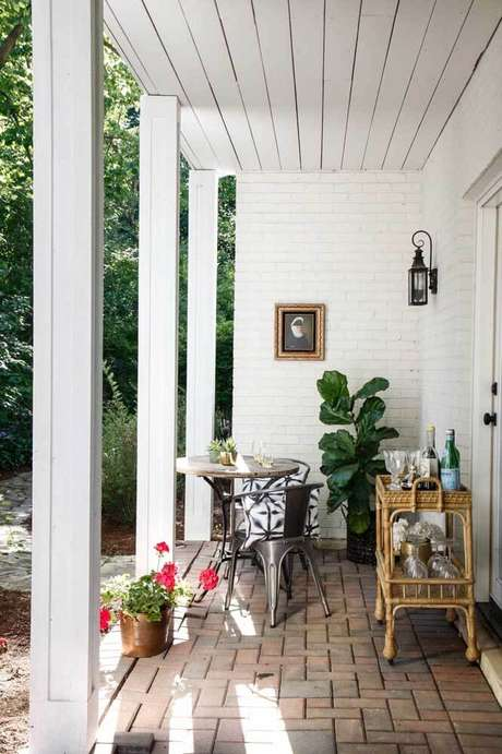 15. Arandela rústica na varanda de casa charmosa – Via: Pinterest